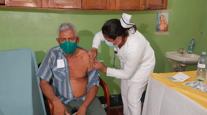 Médica del MINSA aplica vacuna a un paciente en León
