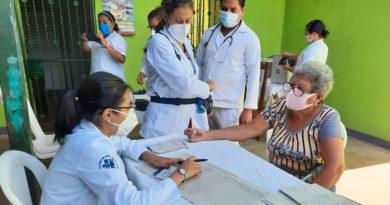 Médicos especialistas del Manolo Morales brindan atención a una pobladora del barrio Nueva Nicaragua