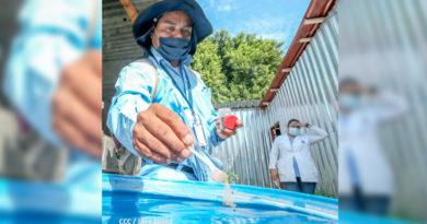 Brigadista del MINSA aplica BTI a un barril con agua