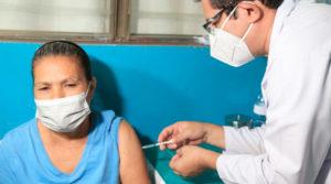 Médico del MINSA aplica vacuna a una mujer
