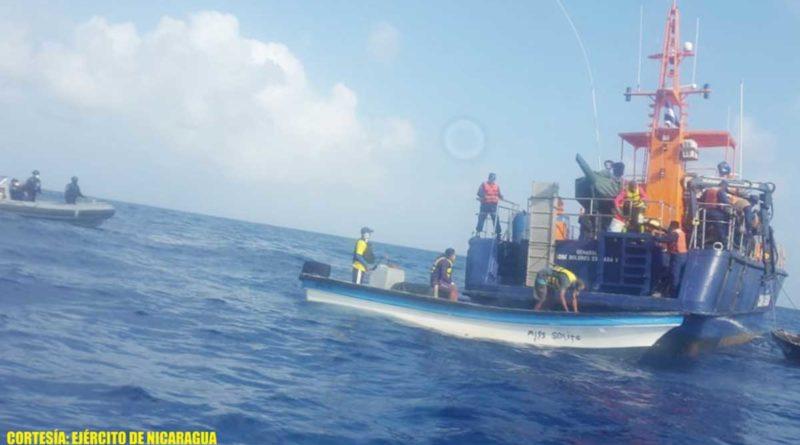 Fuerza Naval de Nicaragua con los 4 ciudadanos colombianos que naufragaron después de tener problemas en los motores de sus lanchas.