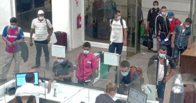 Personas ingresando al puesto fronterizo de Peñas Blancas en Rivas