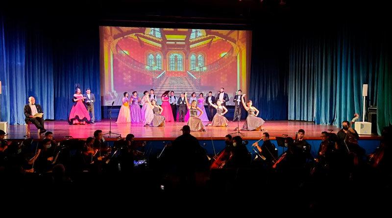 Actores de las obras Don Geovanny y La Traviata presentándose en el Teatro Municipal Rodrigo Callejas de Chinandega