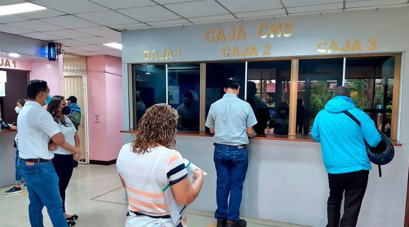 Trabajadores del Ministerio de Salud de Nicaragua retirando el pago adelantado correspondiente al mes de mayo en una caja bancaria, ubicada en complejo de salud Concepción Palacios de Managua