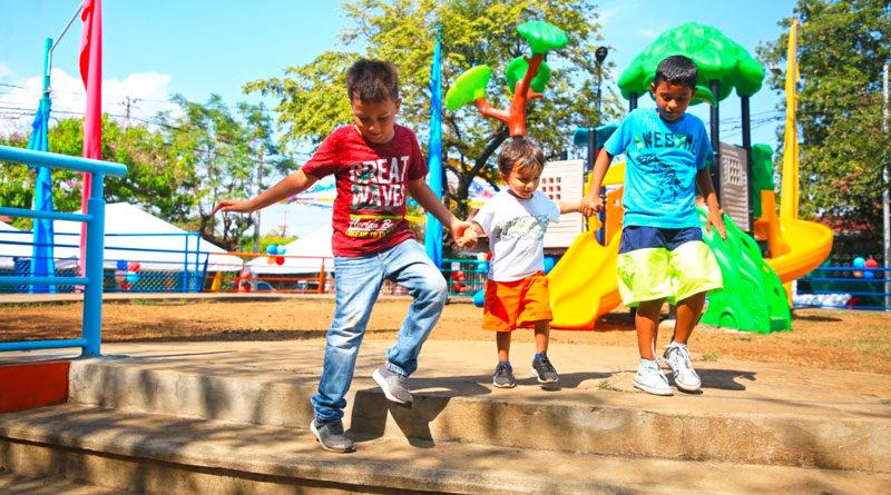 Niños del barrio Rigoberto López Pérez jugando en el nuevo parque rehabilitado por la Alcaldía de Managua.