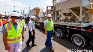 Turbinas para la planta eléctrica más grande de Nicaragua siendo recibidas por el presidente de ENATREL y representantes de la empresa privada en Puerto Corinto, Chinandega.