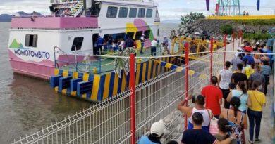 Turistas haciendo fila para abordar uno de los barcos del Puerto Salvador Allende
