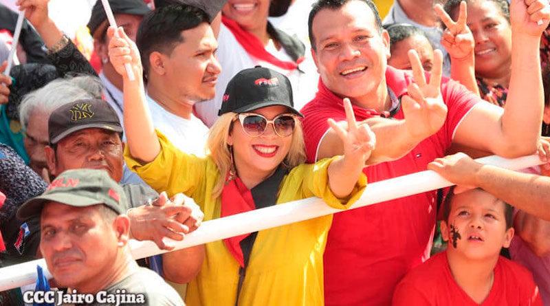 Nicaragüenses con banderas del Frente Sandinista de Liberación Nacional