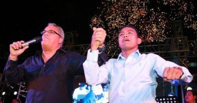 """El boxeador Román """"Chocolatito"""" González junto a Danny Berrios en un concierto en Nicaragua, en diciembre de 2013."""
