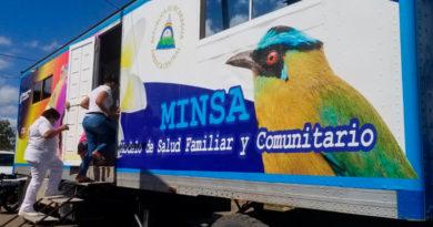 Personal médico entrando a una unidad móvil del Ministerio de salud de Nicaragua para brindar atención a la población