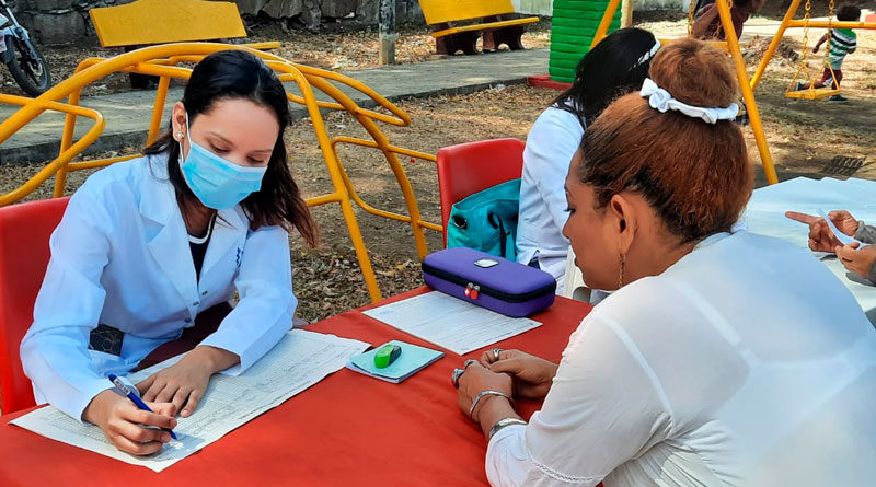 Personal médico del Ministerio de Salud dando consulta médica a familias del distrito I de Managua, Nicaragua.