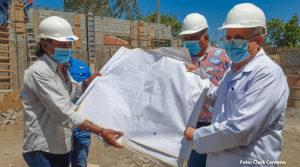 Doctor Carlos Sáenz durante la visita en la construcción de la seroteca