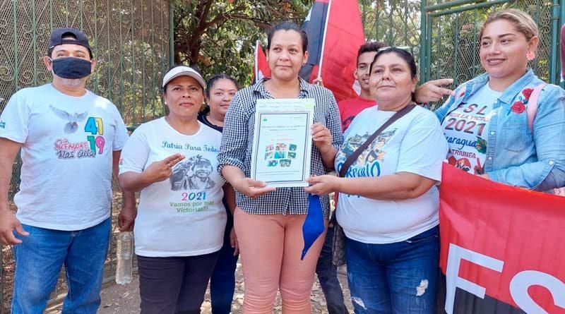 Técnicos de la PGR junto a Juventud Sandinista entregan 1 título de propiedad a una habitante de Mateare