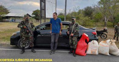 Efectivos militares con persona retenida por tráfico ilegal de cianuro en Rivas