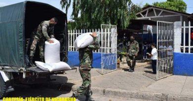 Efectivos militares durante el traslado de merienda escolar en el departamento de Chontales
