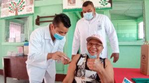 Médicos del MINSA vacunan a una mujer, durante la jornada desarrollada en Boaco