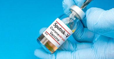 Ampolleta de vacuna rusa contra el COVID-19 Sputnik V en las manos de personal de salud listo para ser aplicada