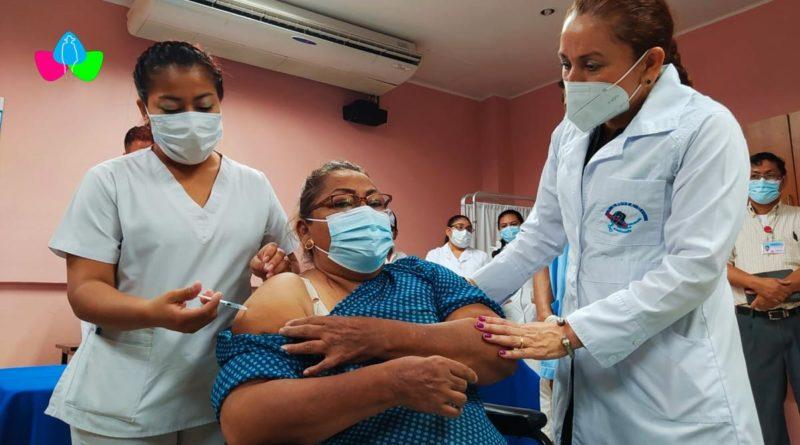 Pacientes en tratamiento de Diálisis y Hemodiálisis del Hospital Salud Integral de Managua recibiendo la segunda dosis de la vacuna contra el Covid-19.