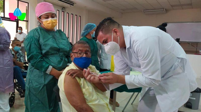 Pacientes en tratamiento de diálisis y hemodiálisis, del Hospital Bautista en Managua, de manera voluntaria reciben segunda dosis de la vacuna contra el Covid-19.