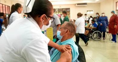 Paciente recibe la segunda dosis de la vacuna contra el Covid-19 en el Hospital Bautista