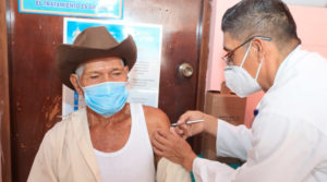Médico del MINSA aplica vacuna a un paciente en el brazo izquierdo