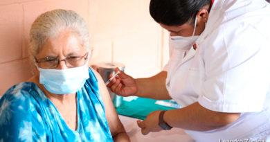 Personal medico del Ministerio de Salud de Nicaragua vacunando a una señora contra el covid-19 en Managua.