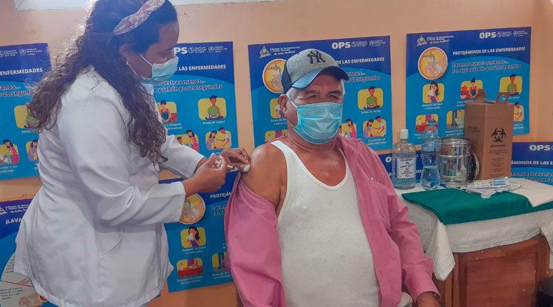Personal médico del Ministerio de Salud de Nicaragua aplicando la vacuna contra el covid-19 en El Crucero, Managua