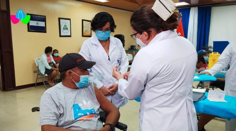 Pacientes en tratamiento de Diálisis y Hemodiálisis del Hospital Antonio Lenin Fonseca siendo vacunados con la segunda dosis de la Sputnik V contra la Covid-19.