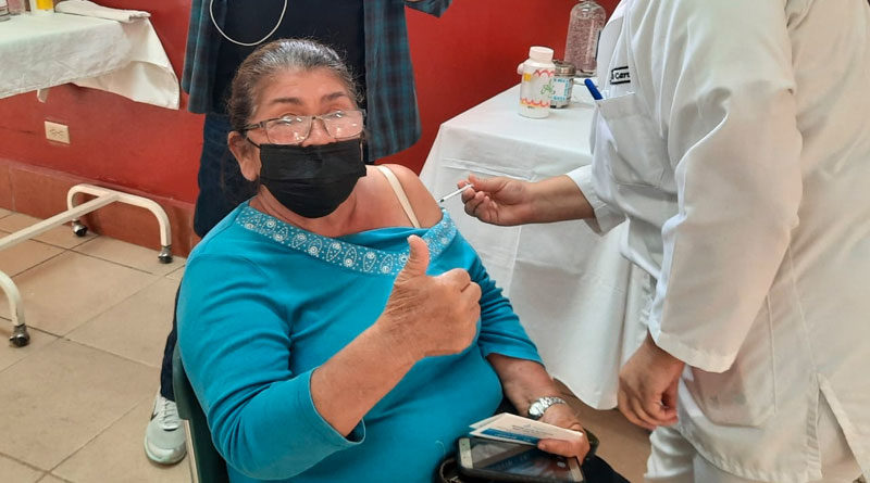 Adultos mayores con enfermedades crónicas del Distrito VII de Managua durante la vacunación contra la Covid-19 en el Policlínico de Especialidades de Irán.