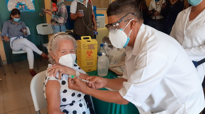 Médico del Ministerio de Salud se prepara para vacuna a una mujer de la tercera edad durante la vacunación voluntaria contra el Covid-19
