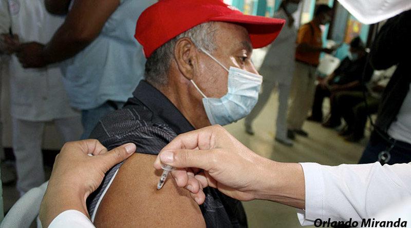 Paciente recibe la vacuna contra el Covid-19 en el brazo derecho