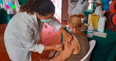 Pacientes mayores de 60 años en Masaya son vacunados voluntariamente contra la Covid-19.