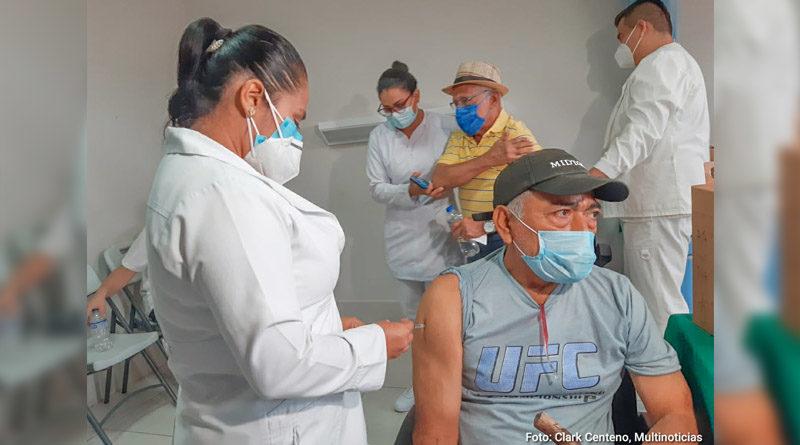 Doctora del MINSA aplica vacuna en el brazo derecho a un señor