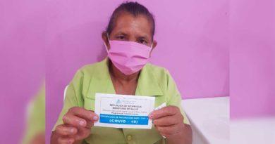 Enfermera de Nindirí aplicando la vacuna contra el Covid-19 a paciente del Centro de Salud Enrique Cisne.