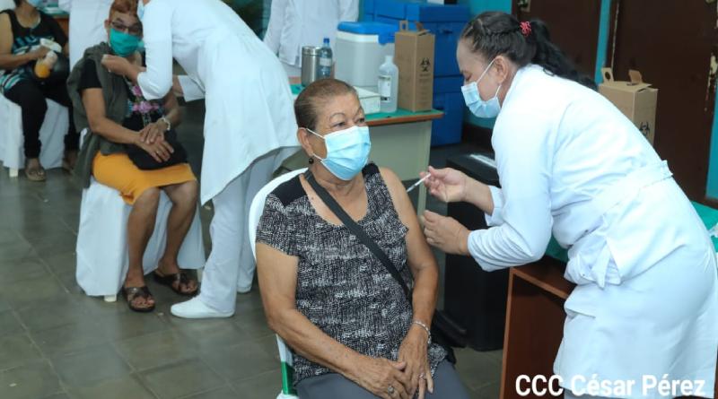 Personal médico del Ministerio de Salud de Nicaragua aplicando la vacuna contra el covid-19 a personas del departamento de Rivas.