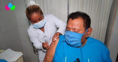 Paciente de Diálisis y Hemodiálisis durante la aplicación de su segunda dosis de la vacuna contra el Covid-19 en Chinandega.