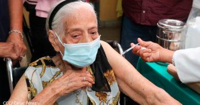 Personal de salud de Nicaragua aplicando la vacuna contra el Covid-19 a señora de la tercera edad