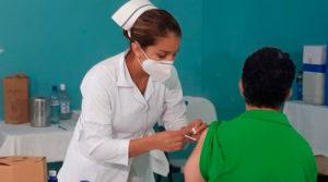 Personal médico del Ministerio de Salud de Nicaragua vacunando contra el covid-19 en el Centro de Salud Francisco Buitrago del Distrito IV.