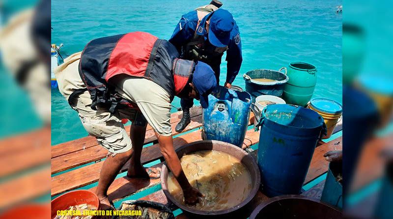 Miembros del Ejército inspecciona la pesca de una embarcación en el mar Caribe