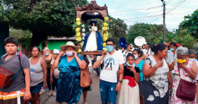 La imagen de la Virgen del Hato en su recorrido por las calles de El Viejo, Chinandega, al occidente de Nicaragua.