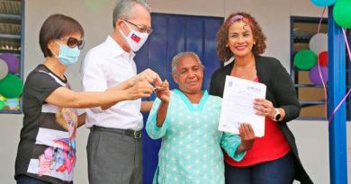 Alcaldesa de Managua junto al embajador de Taiwán en Nicaragua y la protagonista recibiendo las llaves de su nueva vivienda