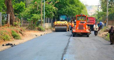 Maquinaria de construcción dando mantenimiento a las calles de la Comarca Nejapa, en Managua, Nicaragua.