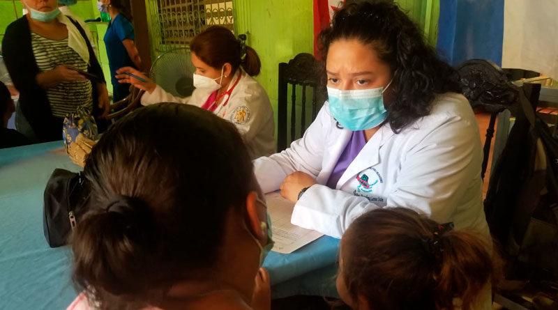 Personal médico del Ministerio de Salud de Nicaragua brindando consulta médica en el barrio Bertha Calderón de Managua.