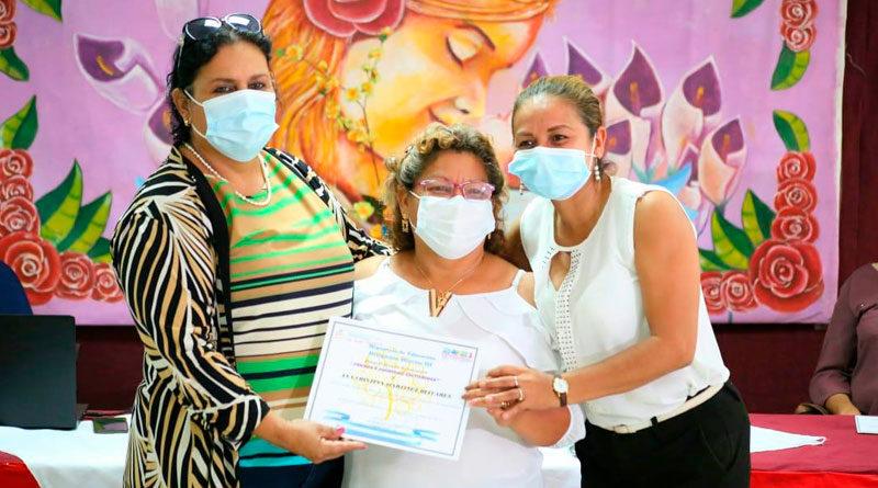 Autoridades del Ministerio de Educación entregando reconocimiento a madres docentes de Nicaragua