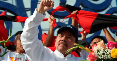 Presidente de Nicaragua, Daniel Ortega, con su puño en alto