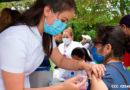 Enfermera del Ministerio de Salud de Nicaragua vacunando a una ciudadana en Estelí contra la influenza