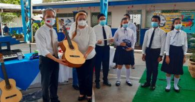 Embajador de Taiwán, Jaime Chi Mu Wu, entregando instrumentos a la Estudiantina de Escuela Normal Alessio Blandón de Managua