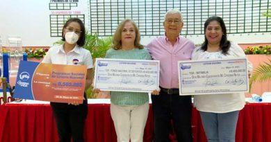 Trabajadora de Lotería Nacional, Lic. Ernesto Vallecillo, Gerente General Lotería Nacional, María Elsa Pérez del IND y Carol Herrera del MIFAM