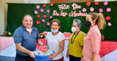 Alcaldesa de Chinandega, Aura Lila Padilla entregando regalo a una madre de la ciudad