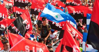 Banderas de Nicaragua y del Frente sandinista ondeadas por nicaragüenses en la Plaza de la Fe en Managua.